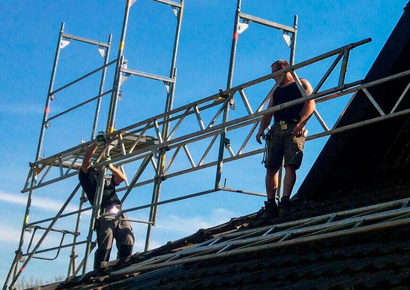 Unsere Mitarbeiter errichten Gerüste gewissenhaft und achten dabei stets auf Sicherheit